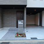 玄関正面、駐車場(外観)